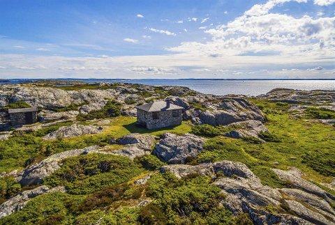 Idyll ved havet: På Tisler kan det bli ganske værhardt, men den vesle stenhytta ligger unektelig i naturskjønne omgivelser. Foto: DnB eiendom