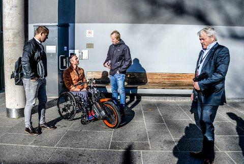 ALS-syke Geir R. Engen og brødrene Stian og Lars møtte politikere på rådhuset denne uka. Frps Bjørnar Laabak sier han skal gjøre det han kan for å hjelpe familien.