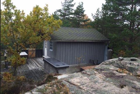 Denne knøttlille hytta, som i følge eieren ligger 600 meter fra sjøen, har Hvaler kommune krevd revet. Nå har eieren fått et pusterom på to år.