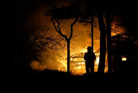 Slik så det ut da hytta på Stallane sto i brann mandag kvedl. Hytta til ekteparet Sollund ble raskt overtent.
