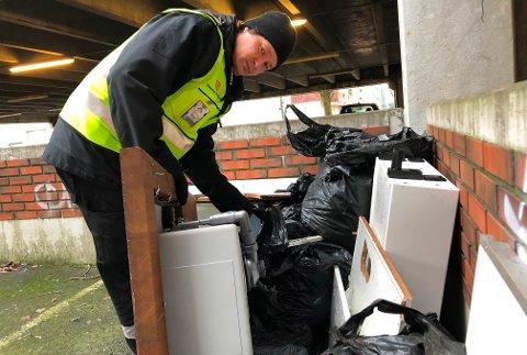 OPPGITT: Pål-André Hansen leder kommunens vakt- og sikringtjeneste. Han er oppgitt over ressursene de må bruke på å rydde opp når folk bruker parkeringshus til å kvitte seg med søppel.