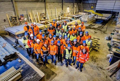 KANDIDATER: Her er noen av de totalt rundt 450 ansatte hos Solid Gruppen samlet i bedriftens lokaler i Bjørnengveien på Rolvsøy. 14. februar kan de kanskje smykke seg med tittelen Årets bedrift.