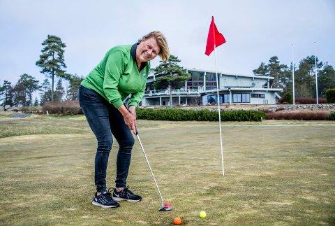 I godt slag: Yvonne Mejstedt Valle og Fredrikstad golfbane AS i Onsøy har tatt grep som gjør at selskapet går bedre enn på mange år. I bakgrunnen skimtes bygningen med butikk, servering og restaurant/utleielokale som også inngår i driften.