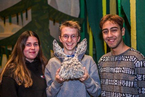 Dags hovedroller: Her er de tre som fronter Shrek-historien i gruppen Dag fra 17. oktober: Julie Andersen (Fiona), Knut Jørgen Jørgensen (esel med nesten ferdig hodeplagg) og Ahmed Raad Al-Saidi (Shrek).
