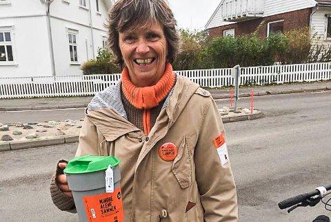 Initiativtager: Da politikerne i Hvaler ikke ville påta seg å arrangere årets innsamlingsaksjon, tro Hilde Stokke, leder i Hvaler Idrettsråd og aktiv bøssebærer, til med hjelp av ungdomsskoleelevene. Her som bøssebærer under fjorårets TV-aksjon