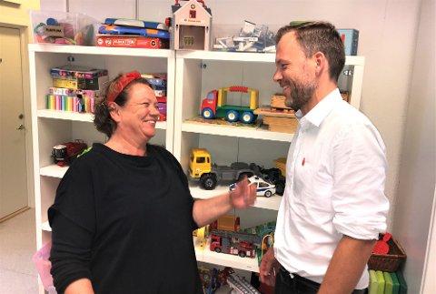 FATTIGDOM: SVs Camilla Sørensen Eidsvold og Audun Lysbakken kostet på seg noen smil til tross for et alvorlig tema. Ifølge duoen er lokal og nasjonal omfordelingspolitikk et viktig våpen i kampen mot fattigdom.