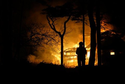 Begge hyttene ble totalskadet i brannene på Skjærhalden og Stallane i fjor høst.
