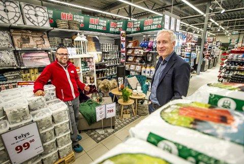 Milliardbedrift: Europris ASA omsatte for 5,8 milliarder kroner i 2018. Økonomidirektør i Europris, Espen Eldal (t.h.), forteller at de stadig åpner nye butikker og at de nå søker flere ansatte til administrasjonen i Fredrikstad. Her er han avbildet i fjor høst, sammen med daværende butikksjef på Europris Ørebekk, Sami Mikhail.