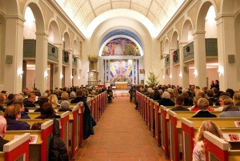 Stor forskjell. Slik pleier det å se ut i Glemmen kirke på en vanlig julaftengudstjeneste. I år blir det bare plass til 50.
