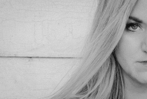 """Carina Frantzen er norsk vokalist og låtskriver fra Lørenskog/Molde. Hennes soloalbum """"Blacklist"""" er spilt inn i Nashville med den legendariske produsenten Vance Powell. Hun er også kjent som vokalist i bandet Phone Joan."""