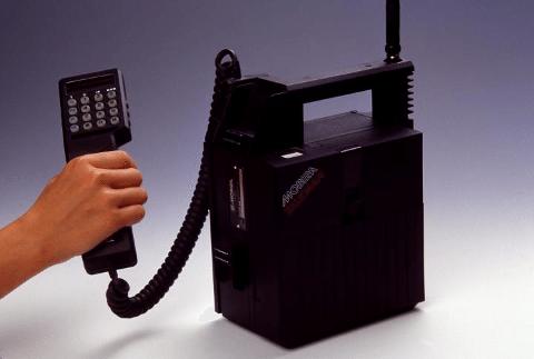 DET VAR EN GANG: Nokia Mobira Talkman NMT450 var populær i 1990 - sist Liverpool vant ligaen.
