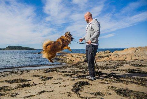 """Eirik Haugdal og hunden """"Vrang"""" har blitt gode venner, men det er nok den firbeinte som setter mest pris på leken på svabergene."""