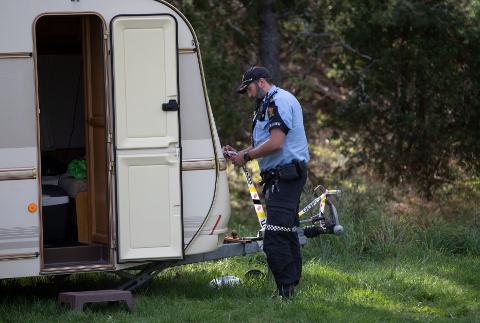 Søndag morgen ble en person funnet livløs på campingplassen ved Sand Marina på Hvaler. Søndag formiddag mistenkte politiet ikke at det skal ha skjedd noe kriminelt, men gjennomførte avhør på stedet.