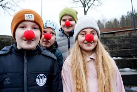 Luna Kvalsvik (F.v), Håkon Nøtland, Leonard Franklin og Julie Holmeid sydde over 30 munnbind som de solgte til familie og venner.