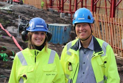 Fornøyde: Julie Lind-Jæger og prosjektleder Tore Høgset i Bane Nor følger arbeidet med gjenoppbyggingen av snøoverbygget tett. Og kan gledelig konstatere at framdriftsplanen holdes. Ikke minst takket være lokal kompetanse.