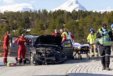 Tre menn ble skadet da denne bilen kjørte rett i rundkjøringen på Stormyra mellom Bjerkvik og Narvik lørdag ettermiddag.