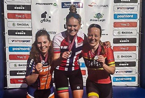 GULL: Rikke Steen Enstad (i midten) ble norgesmester i sprint i terrengsykling.