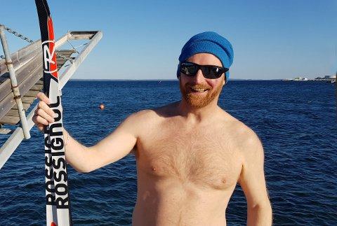 VINTERAKTIVITET: Hvem trenger ski når man kan bade? Men Terje Simonsen i Åsgårdstrand Badeparkkomité savner et sted å varme seg etter badet.