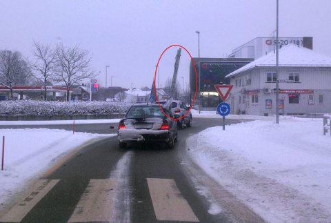 STIGE: Føreren av personbilen fraktet en stige ut av vinduet på passasjersiden.