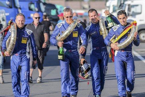 Ellevill feiring: Møller Bil Motorsport-gjengen: Fra venstre Atle Gulbrandsen, Håkon Schjærin, Kenneth Østvold     og Anders Lindstad. FOTO: SIMEN NÆSS HAGEN