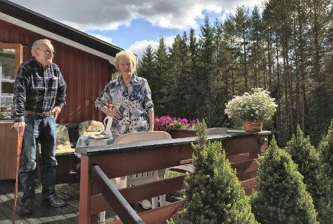 LANGE UKER: – Det har vært en påkjenning, men vi er glade nå, sier Jonny Pedersen og Kristine Storlien på Rakeie. De var uten fasttelefon i over tre uker. Linja deres til telefonen inni huset ble reparert kort tid etter at Glåmdalen hadde reist fra stedet.