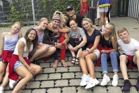 Gjengen: Her er de ti utøverne fra Victory Dance som representerer Norge i VM samlet i en av de få ledige stundene de har. FOTO: PRIVAT