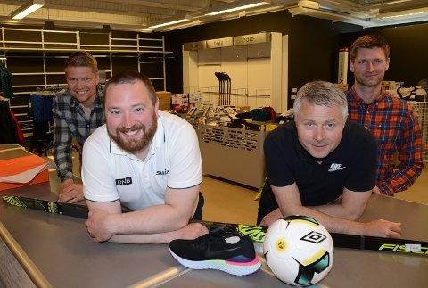 KLARE: Jonas Gottenborg Larsen og Dan Eigil Aurland, foran, blir de to fast ansatte. Gottenborg Larsen er også hovedaksjonær, mens Tore Andreas Gundersen, til venstre, og Olav Lie Sveen er de to andre med på satsingen.