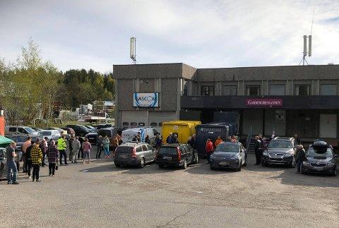 KAOS: Allerede før dørene åpnet fredag morgen sto folk i kø utenfor konkurs-lageret.