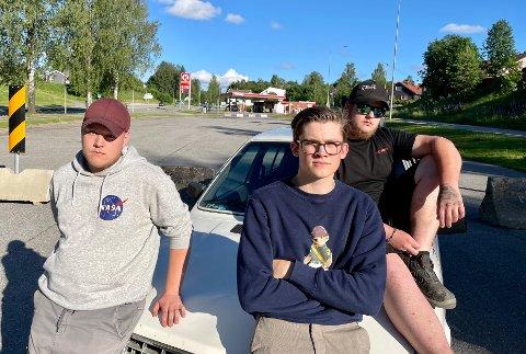 STORT ENGASJEMENT: – Når politiet kommer, blir vi alle jagd, sier rånerne Emil Nygårdseter (20), Fredrik Dalen (20) og Sebastian Andersson (20).  Her sitter de tre med ryggen til den nylig avsperrede «langtidsen» ved Circle K på stasjonssida. Etter at kommunen stengte parkeringen tirsdag, kokte det i kommentarfeltet på sosiale medier.