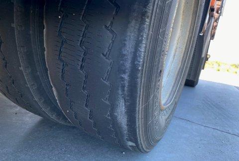 DEFEKT: Lastebilen med dette dekket fikk ikke lov til å kjøre videre.