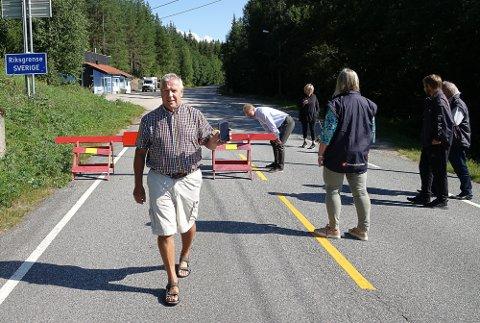 IRRITERENDE: – Det er irriterende og urimelig at vi kan kjøre inn i Sverige og handle, men ikke kommer inn i Norge igjen her på Linna, sier Leif Holtet med hytte ved Vermundsjøen. I bakgrunnen ser Tor Andrè Johnsen nærmere på den stengte grensa.