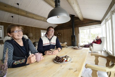 UTSIKT: Med utsikt over Espedalsvatnet, trives Martina Lippert og Matthias Heck.