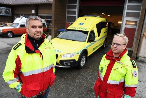 Svein Tore Bjørklund (t.v) og Roar Berg reddet med stor sannsynlighet en familie på fem natt til torsdag. Ved en tilfeldighet oppdaget de røyken fra huset da de passerte etter et rutineoppdrag på Otta.