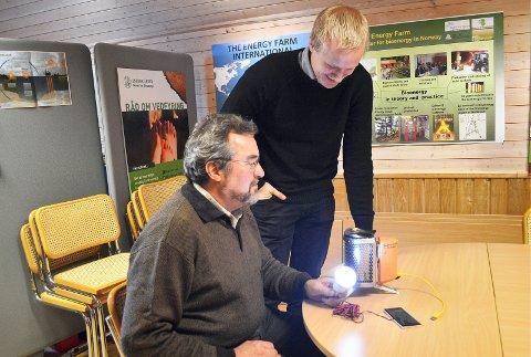 NY TEKNOLOGI: Erik Eid Hohle og Andreas Tutturen demonstrerer lyspære, LED-teknologi har forenklet energibruken (arkivfoto).