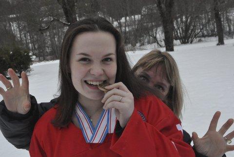 I KULISSENE: Uten mamma Hilde sin innsats som sjåfør og alt mulig annet ville ikke kabalen gått opp for hockeytalentet fra Jevnaker. Her smaker hun på medaljen fra U18-VM sist uke. Foto: Rune Pedersen