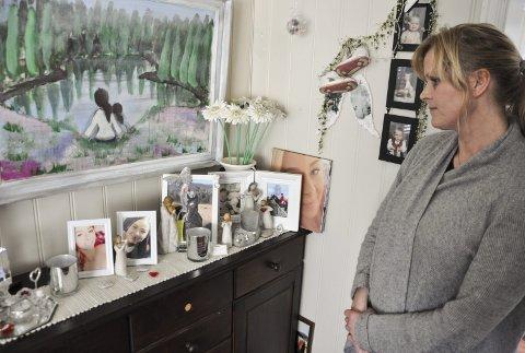 MIAS HJØRNE: I dette hjørnet i stua er det bilder av datteren Mia som dominerer. Sorgen har blitt en del av livet til mamma Hege, men den har blitt lettere å bære med tiden.