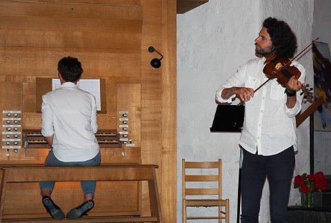 MUSIKK: Med gro Bergrabb på orgel og Gjermund Larsen på fiolin ble det magisk stemning i Mariakirka tirsdag.