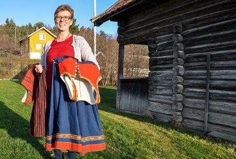 BUNAD TIL UNESCO: Solveig Grinder jobber for å få bunadbruk i Norge på Unescos kulturarvliste. Her med Rondastakk (t.v.) og Vestfoldbunad.