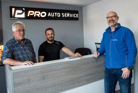 Klare for kundene: Pro autoservice er nå godkjent og teknisk leder Alf Tuffhagen og innehaver Salar Roshbian er klare for for kundene. Morten Frøshaug fra Bilxtra Hønefoss leverer det meste av deler til verkstedet, som også er tilknyttet Bilxtra-kjeden.
