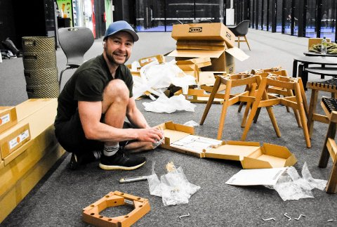 INNSPURTEN: Anders Jacobsen skrur møbler for harde livet i forkant av åpningen.
