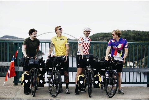 GUTTA PÅ TUR: Tobias Madsen(f.v), Viktor Sandberg, Oliver Ødegård og Fredrik Ringen står klare for en lang reise. Her står de ved grensen på Gamle Svinesundbrua.