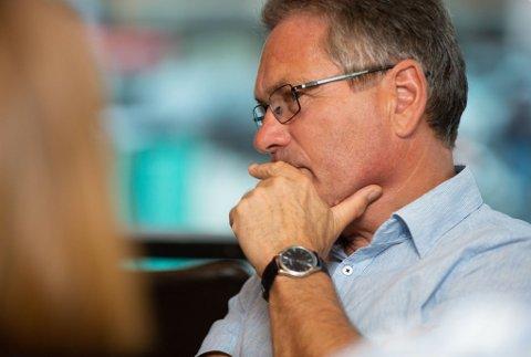 BETENKT: Ordfører Thor Edquist ser betenkt ut under valgvaken til Halden Høyre.