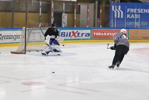 UTVIKLINGSSAMLING: 50 jenter i alderen 10 til 14 fra hockeylag i Oslo og Viken Øst samlet seg i Halden ishall, lørdag ettermiddag.