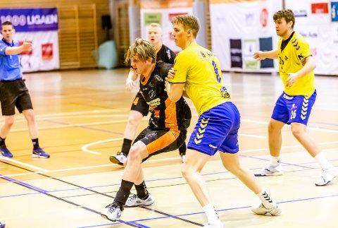 VALGTE HTH: August Storbugt Olsen (19), her i aksjon for HTH mot Bækkelaget søndag, hadde før jul tilbud fra to norske toppklubber - men valgte å bli i Halden.