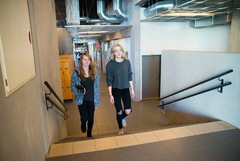 MØTER OPP: Hedda Amalie Melby og Lasma Lazdane drar på skolen, selv om de føler seg småsyke.