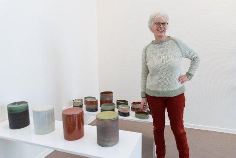 BRUK: Elisabeth Helland-Hansen lager keramikk som skal brukes.
