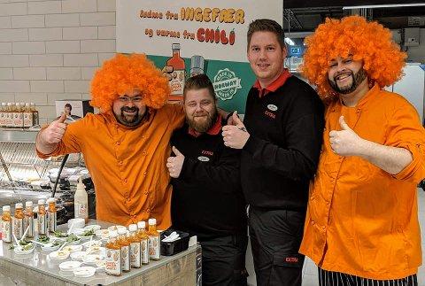 MAXIDEMO: Her har Fredrik Aarnes (til høyre) stilt seg opp på stand på den nye Coop Extra-butikken på Maxi.