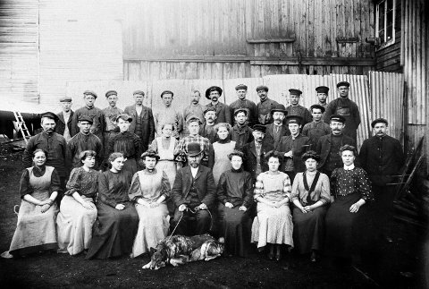 ARBEIDERNE: Dette sjeldne bildet viser arbeidsstokken i 1908.