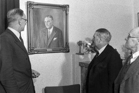 JUBILANT: Ordfører Erling Audensen og rådmann Sigurd Pedersen foran maleriet som ble gitt i gave til Pedersens 60-årsdag. Foto: Privat/Anno Domkikreodden
