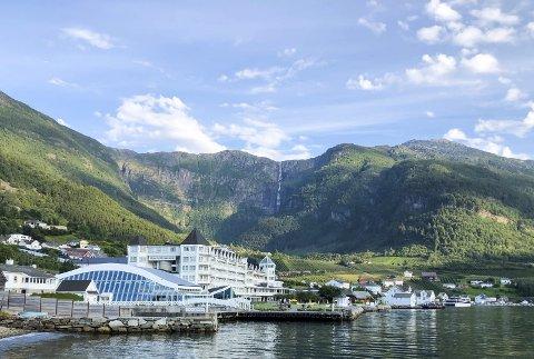 Svært mange norske feriegjester har besøkt Hotel Ullensvang og Lofthus denne sommaren. Eigarane  har ikkje lagt vekk salsplanane sine. - Me trur moglegheitene for eit sal er til stades, uttalar dei. Foto: Eli Lund